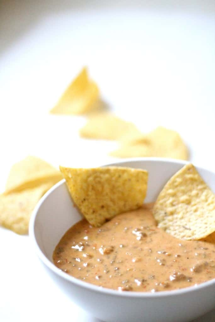 Tailgate Party Hop: Easy Chili Con Queso  www.simplestylings.com